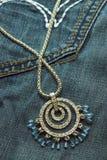 Jewelery sull'jeans Fotografia Stock