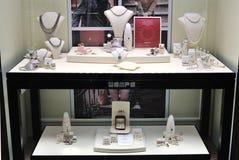 Jewelery van Wempe in showcase   stock fotografie