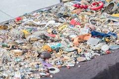 Jewellery, bransoletki i akcesoria na rynku stojaka stole, Fotografia Stock