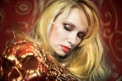 Jewellry,肉欲与金和红色装甲金发碧眼的女人第十九分 免版税库存图片