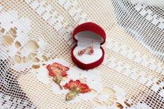 jewelry Серьги золота с рубинами в коробке стоковые изображения rf