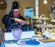 Jewels la sfaccettatura della taglierina della pietra preziosa al mercato di Natale in Baden-Baden germany Fotografie Stock