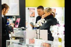Jewlery d'acquisto delle coppie in boutique di lusso Fotografie Stock Libere da Diritti