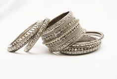 Jewllery Zilveren bangals op een witte achtergrond royalty-vrije stock foto
