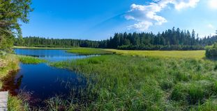 Jezero o lago negro, un destino que camina popular de Crno en Pohorje, Eslovenia fotografía de archivo