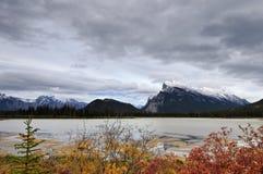 jezior góry rundle zmierzchu vermilion Obrazy Stock