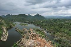 Jeziora i góry Rajasthan z niebieskim niebem fotografia stock