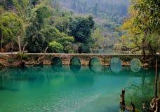Jeziora i lasy, antyczny most zdjęcia stock