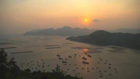 Jeziora kształtują teren z łodziami rybackimi zdjęcie royalty free