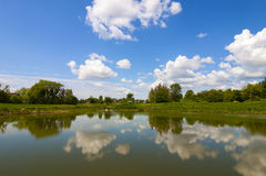 Jeziora lustro z jak dramatyczny niebieskie niebo z chmurami Fotografia Stock