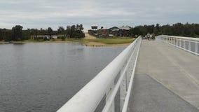 Jeziora wejścia most między plażą i miastem w Australia zbiory wideo