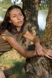 Jeziorem rozważna kobieta Fotografia Royalty Free