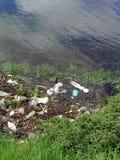 Jeziorem zanieczyszczający teren zdjęcia stock