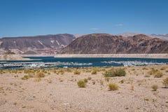 Jeziorna dwójniaka Nevada linia brzegowa z Marina zdjęcia stock