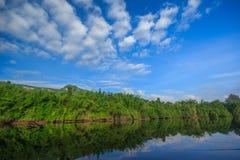 Jeziorna góra i niebieskie niebo z chmurnym Zdjęcia Stock