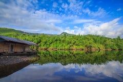 Jeziorna góra i niebieskie niebo z chmurnym Fotografia Royalty Free