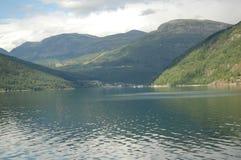 Jeziorna góra i słońce Zdjęcie Royalty Free