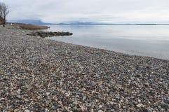 Jeziorna Gardy linia brzegowa podczas zimy Zdjęcie Stock