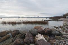 Jeziorna Gardy linia brzegowa podczas zimy Zdjęcia Stock