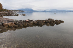 Jeziorna Gardy linia brzegowa podczas zimy Fotografia Royalty Free