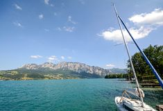Jeziorna gromadzka Salzburger ziemia Austria: Widok nad jeziornym Attersee - Austriaccy Alps zdjęcie royalty free