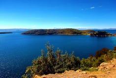 Jeziorna Titicaca zatoka w copacabana w Bolivia gór panoramie zdjęcia royalty free