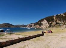 Jeziorna Titicaca zatoka w Isla De Zol w Bolivia górach Obraz Royalty Free
