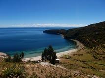 Jeziorna Titicaca zatoka w Isla De Zol w Bolivia górach obrazy stock