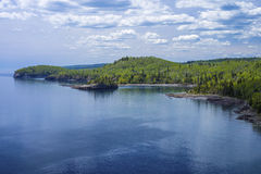 Jeziorna wyższa linia brzegowa, rozłam rockowa latarnia morska s.p. Zdjęcie Royalty Free