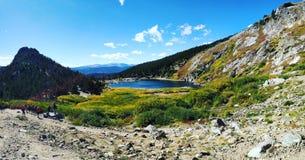 Jeziorna wycieczkuje góra fotografia stock