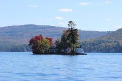 Jeziorna wyspy chałupa w jesieni, Zdjęcia Stock