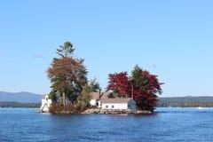 Jeziorna wyspy chałupa w jesieni, Zdjęcia Royalty Free
