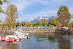 Jeziorne góry i łodzie Zdjęcie Royalty Free