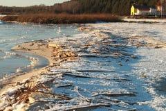Jeziornego brzeg zimy ratownika domu sucha trawa obraz stock
