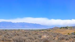 Jeziornej góry pożarniczy tworzy gęsty chmura dymu fotografia stock