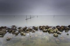 Jeziorni Fishnets W Długim ujawnieniu Z Markotnym niebem Zdjęcia Stock