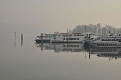 Jeziorni (lago) Maggiore pasażerscy promy na mgłowym dniu Zdjęcie Stock