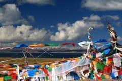 Jeziorni Manasarovar i sutra streamers w Tybet obraz royalty free