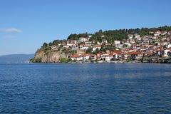 Jeziorni Ohrid i bielu domy na wzgórze krajobrazie Zdjęcie Royalty Free