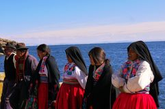 Jeziorni Titicaca Peru/15th Wrzesień 2013/miejscowego mężczyzna w zachodnim sty zdjęcia royalty free