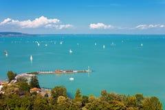 Jeziorny Balaton z udziałami żaglówki od Tihany wioski w Hunga Fotografia Stock