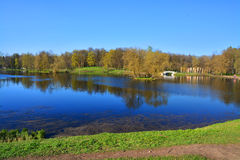 Jeziorny Beloe w pałac ogródzie Gatchina petersburg Rosji st Fotografia Royalty Free