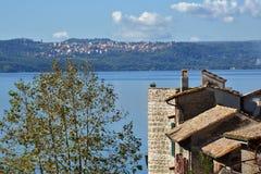 Jeziorny Bracciano od Anguillara Obrazy Stock
