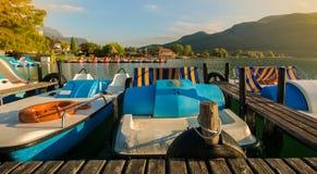 Jeziorny Caldaro widok nad popularnym jeziorem przy Południową tyrolean wino trasą blisko Merano i Bolzano, Włochy Zdjęcie Stock