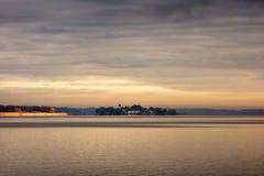 Jeziorny Chiemsee z wyspą Herreninsel Zdjęcia Stock