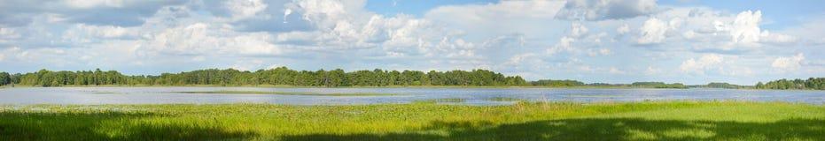 Jeziorny chmury nieba wody sztandar, Panoramiczny, panorama zdjęcia royalty free