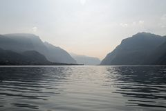 Jeziorny Como i alps w tle fotografia royalty free