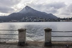 Jeziorny Como i deptaka miasto Lecco, Włochy obraz stock