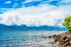 Jeziorny Genewa z Alps i zadziwiać chmurami Zdjęcia Stock