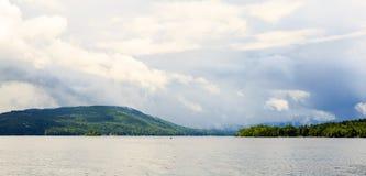 Jeziorny George od paddle łodzi podczas podeszczowej burzy i chmur Obraz Royalty Free